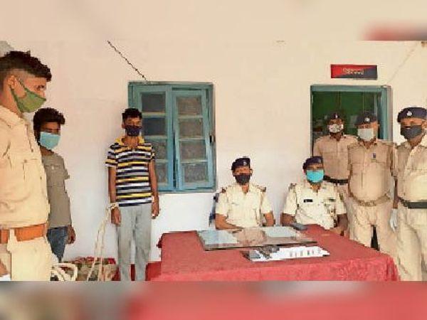गिरफ्तार अपराधियों के साथ राघोपुर पुलिस। - Dainik Bhaskar