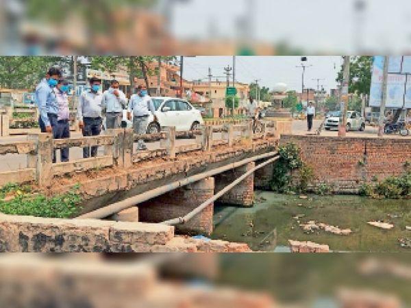अम्बाला सिटी में नालों का निरीक्षण करते नगर निगम आयुक्त पार्थ गुप्ता। - Dainik Bhaskar