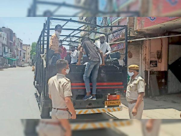 रेड अलर्ट जनअनुशासन पखवाड़े के दौरान बेवजह बाहर घूम रहे लोगों को क्वारेंटाइन सेंटर ले जाते पुलिसकर्मी। - Dainik Bhaskar