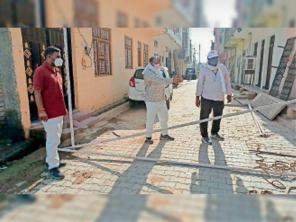 बांस एवं बल्लियों की सहायता से बैरिकेडिंग लगवाई गई। - Dainik Bhaskar