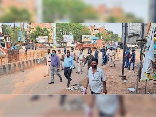 तेंदुनी चौक पर बाजार का मुआयना करते एसडीएम व अन्य अधिकारी। - Dainik Bhaskar