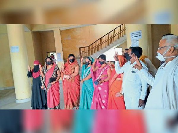 अविश्वास प्रस्ताव पारित होने के बाद विक्ट्री साइन दिखाते सदस्य। - Dainik Bhaskar