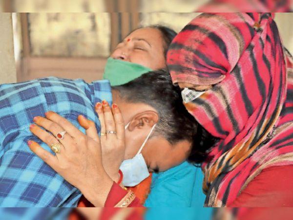 जिला अस्पताल परिसर में सोमवार को महिला की मौत के बाद बिलखते परिजन। - Dainik Bhaskar