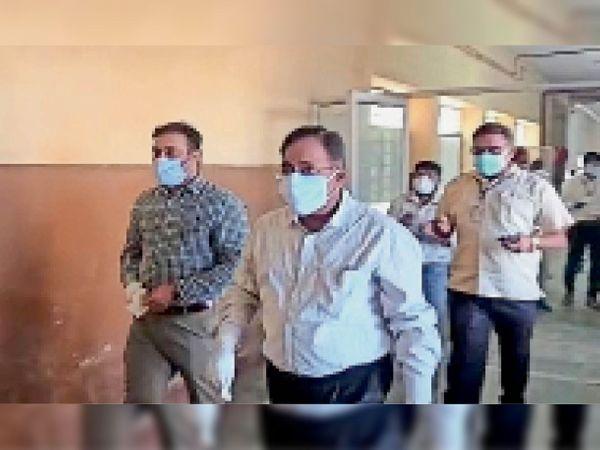 संभागीय आयुक्त ने जिला हॉस्पिटल में मेडिकल व्यवस्थाओं को जांचा - Dainik Bhaskar