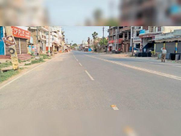 शहर के सबसे व्यस्ततम बंजारी रोड में पसरा रहा सन्नाटा - Dainik Bhaskar