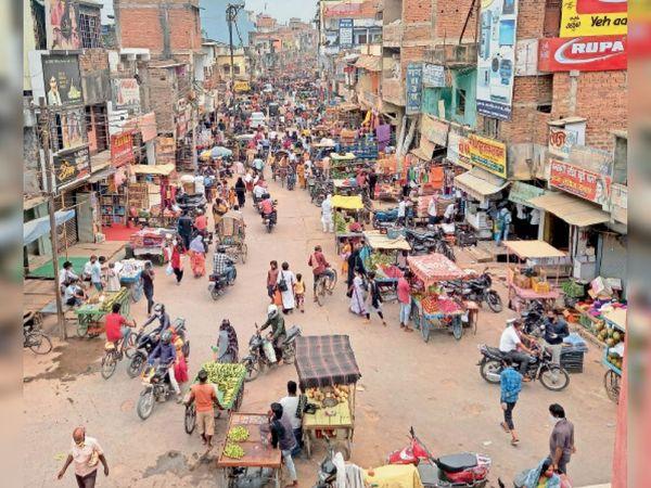 गुदरी बाजार में सोमवार को लगी भीड़। - Dainik Bhaskar
