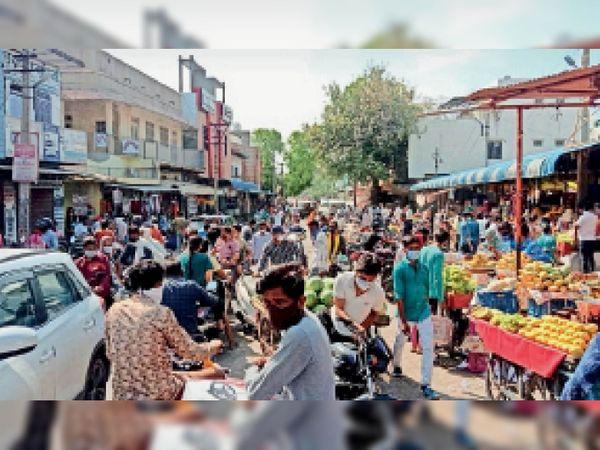 भवानीमंडी. कस्बे में सोमवार को सब्जी बाजार में लगी लोगों  भीड़। - Dainik Bhaskar