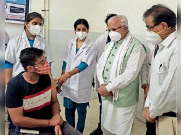 पलवल. सीएम मनोहर लाल अस्पताल के वैक्सीनेशन कक्ष में व्यवस्थाओं का जायजा लेते हुए। - Dainik Bhaskar