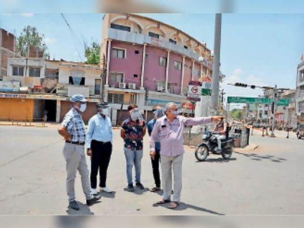 सड़क निर्माण की रूपरेखा बनाते आयुक्त झारिया व पूर्व मेयर डागा। - Dainik Bhaskar
