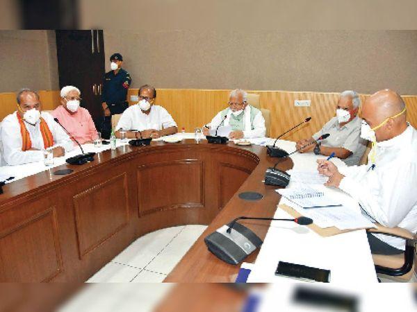 रेवाड़ी में समीक्षा बैठक में अधिकारियों को निर्देश देते हरियाणा के मुख्यमंत्री मनोहर लाल। - Dainik Bhaskar