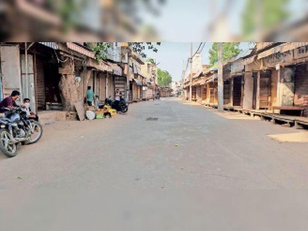 रेवाड़ी में लॉक डाउन के चलते बंद रहे शहर के तमाम बाजार। (इनसेट) बस स्टैंड पर संचालन के लिए तैयार खड़ी रोडवेज बसें। - Dainik Bhaskar