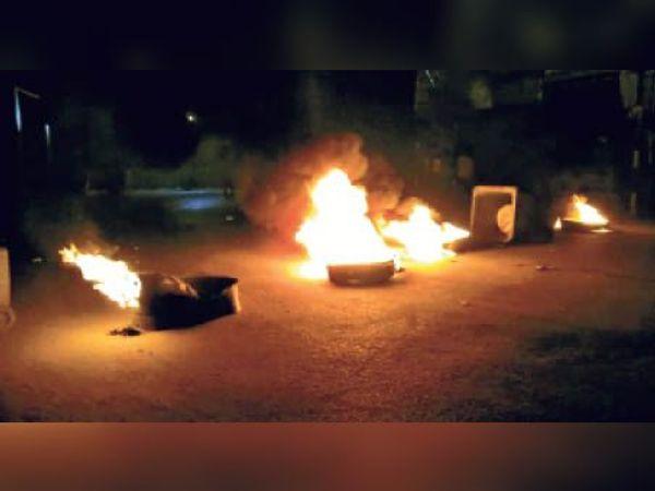 डेहरी में सड़क दुर्घटना के बाद आगजनी। - Dainik Bhaskar