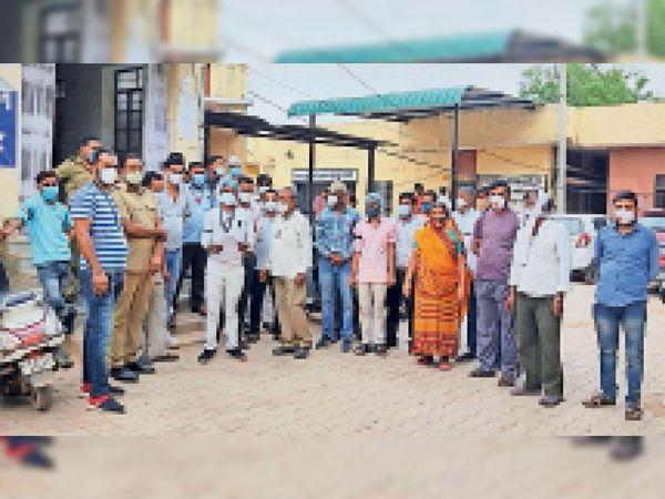 जिला अस्पताल में पीएमओ कार्यालय के बाहर काली पट्टी बांधकर विरोध जताते संविदा कर्मचारी। - Dainik Bhaskar