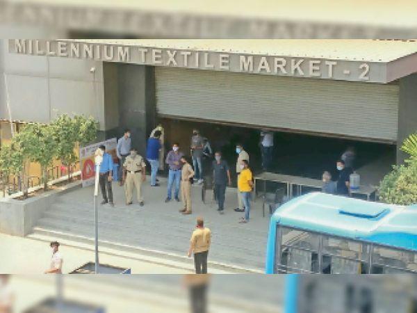 लॉकडाउन के बाद भी मिलेनियम मार्केट-2 में व्यापारियों ने दुकानें खोल ली, सूचना पर मनपा और पुलिस की टीम ने वहां पहुंचकर दुकानें बंद कराई व कार्रवाई की। - Dainik Bhaskar