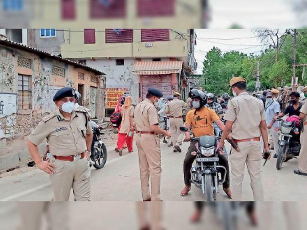 घण्टाघर क्षेत्र में लोगों को रोककर पूछताछ करते एसपी ओमप्रकाश सहित अन्य पुलिस अधिकारी। - Dainik Bhaskar