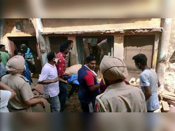 हादसे की सूचना के बाद मौके पर पहुंच रेस्क्यू में जुटे आसपास के लोग और पुलिस।
