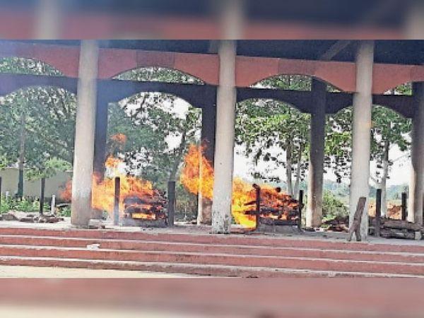 सोमवार को स्थानीय मुक्तिधाम में जलते हुए शव। - Dainik Bhaskar