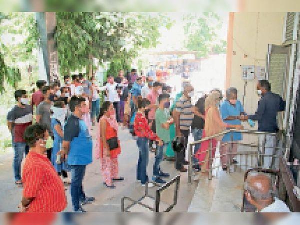 एमबीएस नर्सिंग कॉलेज में वैक्सीन लगाने के लिए लगी भीड़। - Dainik Bhaskar