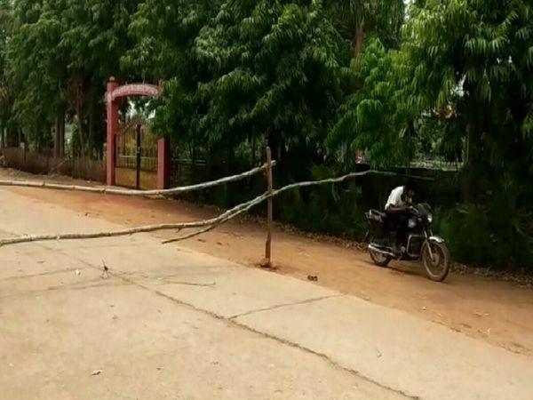 गांवों में कंटेनमेंट जोन में लोग इस तरह लापरवाही कर रहे हैं।