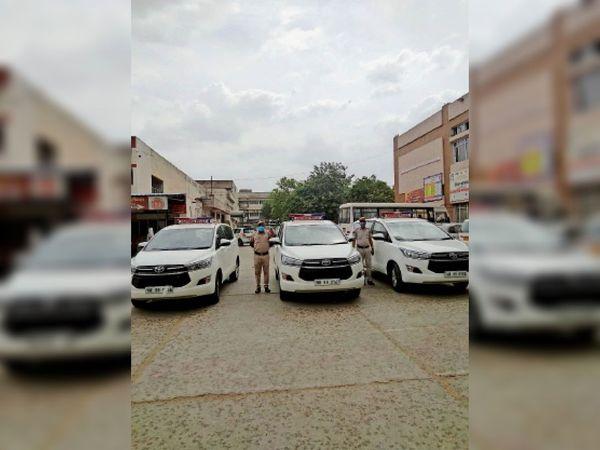 एसी के निर्देश पर कोरोना मरीजों के लिए एंबुलेंस की तरह प्रयोग करने को सिविल अस्पताल में तैनात की गई इनोवा गाड़ियां। - Dainik Bhaskar