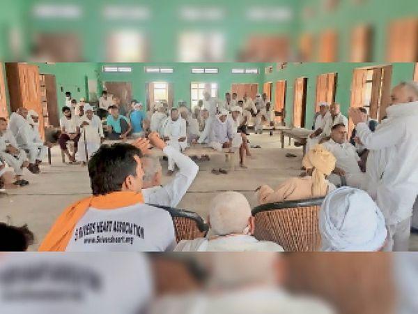 गांव धनाना-2 में जाटू खाप 84 की पंचायत में माैजूद नागरिकाें काे संबाेधित करते वक्ता। - Dainik Bhaskar