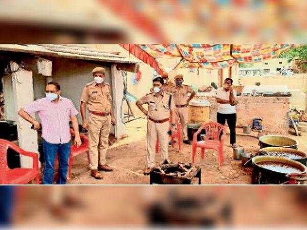 महवा | सालिमपुर में बिना स्वीकृति आयोजित किए जा रहे मुंडन संस्कार भोज कार्यक्रम में एसडीएम, डीएसपी व अन्य अधिकारी भोजन सामग्री को नष्ट करवाते हुए। - Dainik Bhaskar