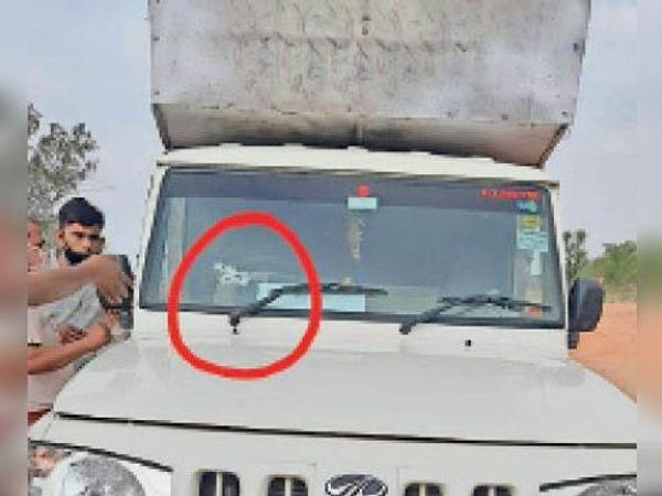 सिकराय| जयपुर-आगरा नेशनल हाइवे पर मानपुर थाने के समीप पिकअप पर बदमाशों की फायरिंग के बाद टूटा शीशा। - Dainik Bhaskar
