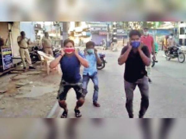 बांदीकुई| बेवजह बाजार आने वाले युवकों से शहर के आगरा फाटक पर कान पकड़वाकर उठक-बैठक करवाते पुलिसकर्मी। - Dainik Bhaskar