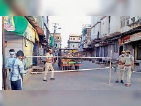 दौसा   रेड अलर्ट पखवाड़े में बेवजह घूमने वालों को रोकने के लिए पुलिस ने शहर के कई स्थानों पर बैरिकेड्स लगाए। - Dainik Bhaskar
