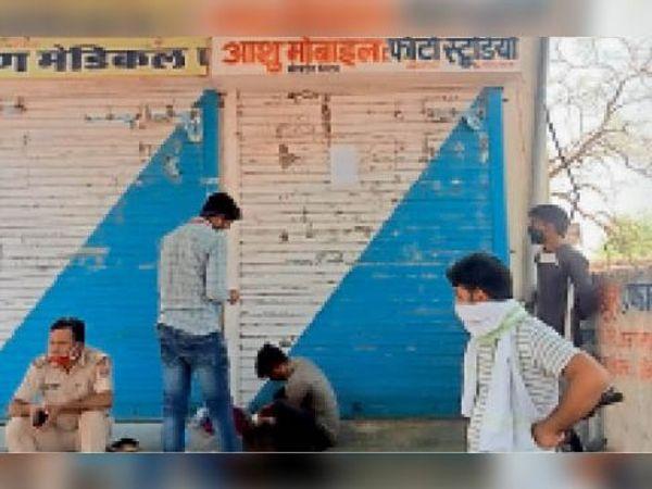दौसा| लालसोट रोड स्थित एक दुकान सुबह 11 बजे बाद खुली मिली तो नगर परिषद टीम ने उसे सीज कर दिया। - Dainik Bhaskar