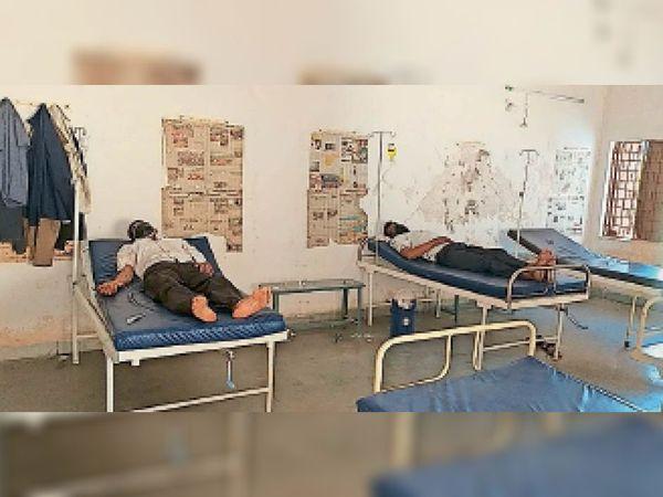 प्राथमिक कोविड केयर सेंटर पर मरीजों का इलाज किया जा रहा है। - Dainik Bhaskar