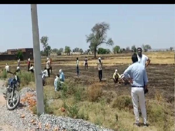 गांव में जांच करती स्वास्थ्य विभाग और प्रशासन की टीम। - Dainik Bhaskar