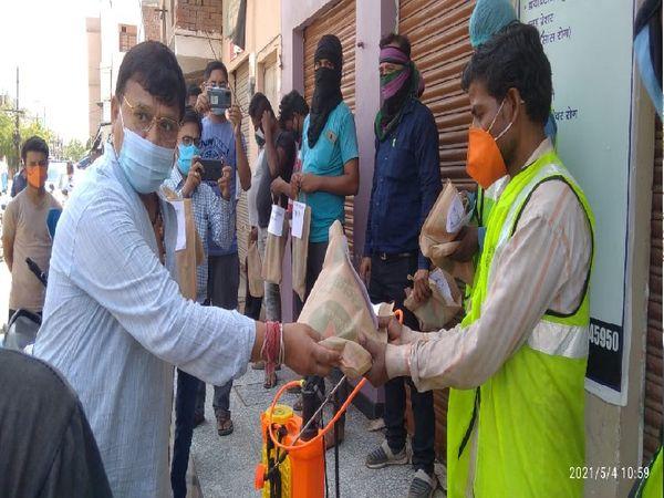 कोरोना संक्रमण को रोकने के लिए जुटे सफाई कर्मचारियों को सम्मानित करते मंत्री
