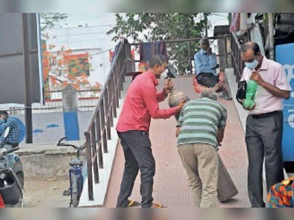 सदर अस्पताल में ऑक्सीजन सिलेंडर लेकर जाते स्वास्थ्य कर्मी। - Dainik Bhaskar
