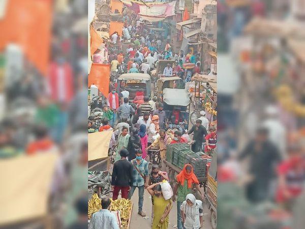 चौक बाजार में खरीददारों की भीड़। - Dainik Bhaskar