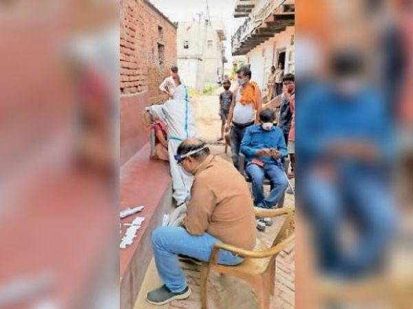 कटियारा गांव में लोगों की जांच। - Dainik Bhaskar