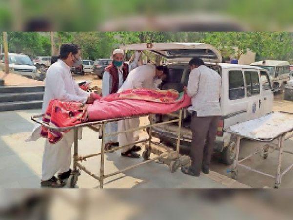 सवाई माधोपुर। जिला अस्पताल में मृतक के शव को एंबुलेंस में रखकर ले जाते परिजन। - Dainik Bhaskar