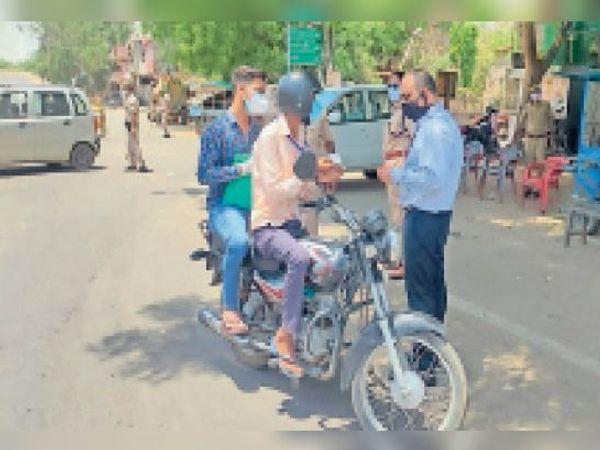 सवाई माधोपुर। अनावश्यक घूमने वाले लोगों पर क्वारेंटाइन की कार्रवाई करते एसडीएम व थाना पुलिस। - Dainik Bhaskar