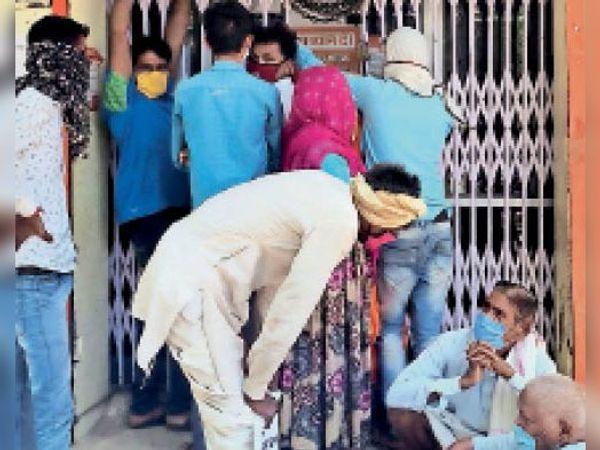चकेरी| कुंडेरा की बैंक शाखा के बाहर सोशल डिस्टेंसिंग की अवहेलना कर खड़े लोग। - Dainik Bhaskar
