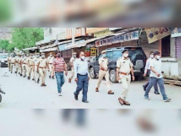 खंडार| फ्लैग मार्च निकालकर कोरोना महामारी से जागरूकता का संदेश देती खंडार थाना पुलिस। - Dainik Bhaskar