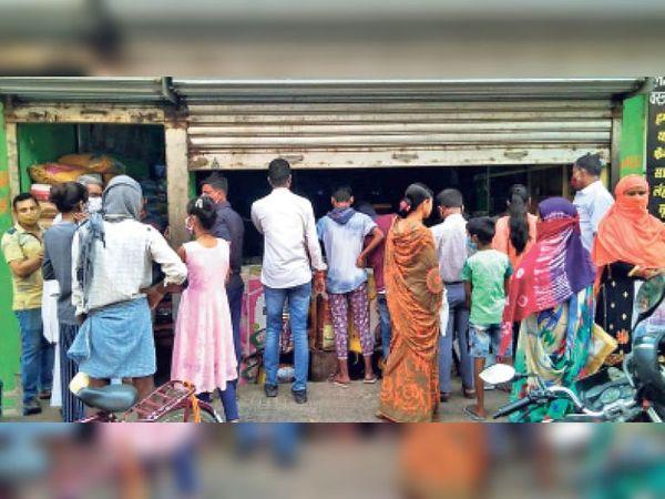 आपाधापी|लॉकडाउन की जानकारी मिलते ही सामान की खरीदारी को लेकर बाजार में उमड़ी भीड़। - Dainik Bhaskar