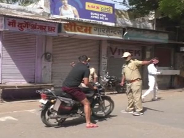 बेवजह घूमते लोगों को रोकते पुलिसकर्मी। - Dainik Bhaskar