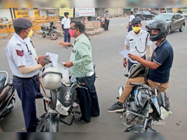 कोटड़ी चौराहा पर वाहनों की चेकिंग करते पुलिसकर्मी। - Dainik Bhaskar