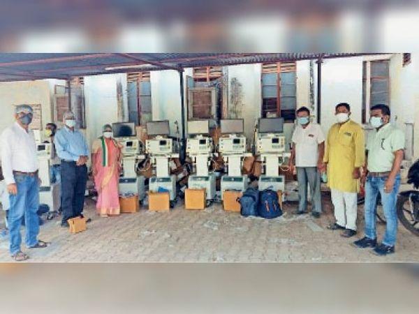 सिहावा विधायक सहित जनप्रतिनिधियों ने कलेक्टर को जिला अस्पताल में वेंटिलेटर दिया। - Dainik Bhaskar