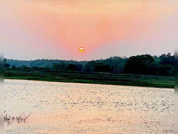 यह तस्वीर गंगरेल डूबान क्षेत्र की है। सूर्यास्त के समय लालिमा नजर आई। - Dainik Bhaskar