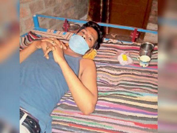 घट्टियाकलां में बीमार युवक। - Dainik Bhaskar