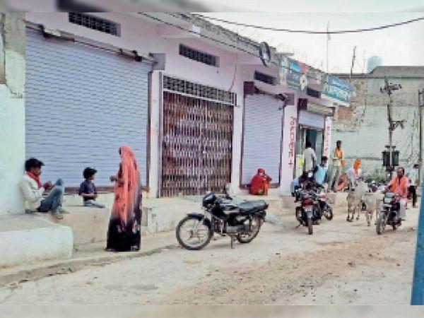 सेहराई में प्राइवेट क्लिनिक पर इलाज कराने के लिए लगी लोगों की भीड़। - Dainik Bhaskar
