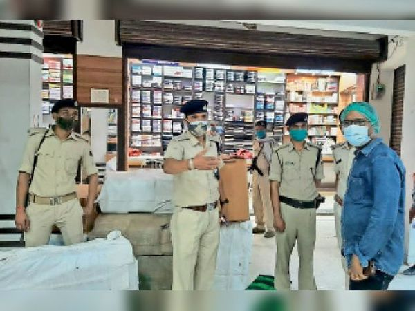 दुकान को सील कराते एसडीएम, एसडीपीओ व अन्य। - Dainik Bhaskar