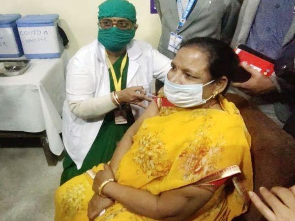 इंदौर में सबसे पहला टीका एमवाय अस्पताल में आशा पवार ने लगवाया था। - Dainik Bhaskar