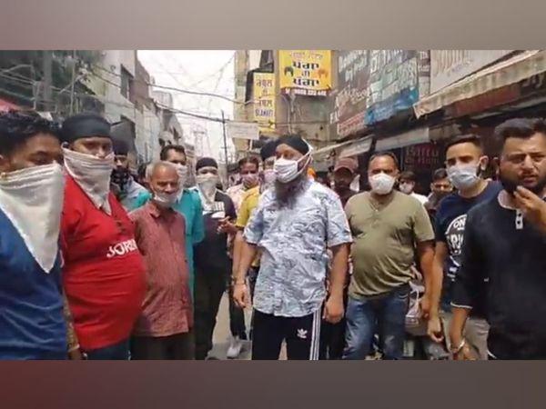 पुलिस कार्रवाई के विरोध में इकट्ठा हुए दुकानदार। - Dainik Bhaskar